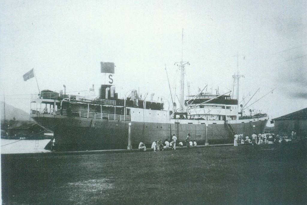Navio suíço no antigo porto da cidade