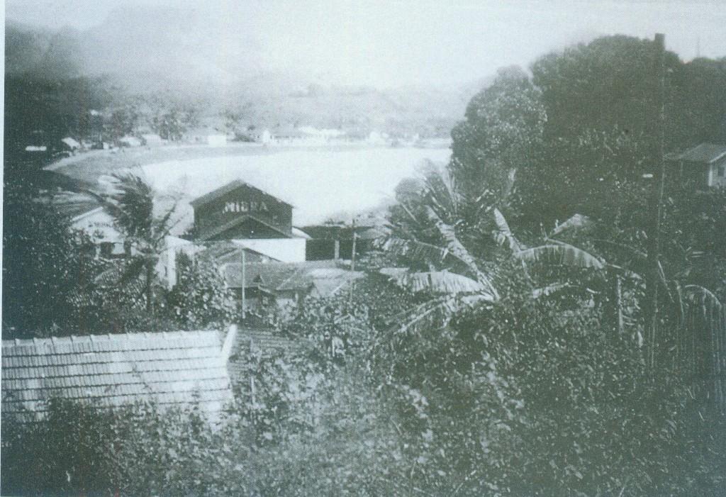 Vista da Prainha de Muquiçaba, com o galpão da Mibra à frente, na década de 1940