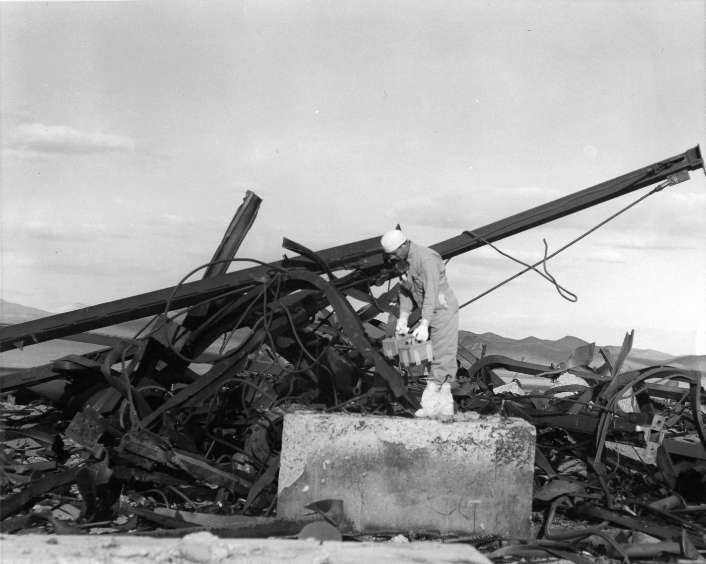 Destroços analisados após queda de bomba-teste em Nevada, 1955