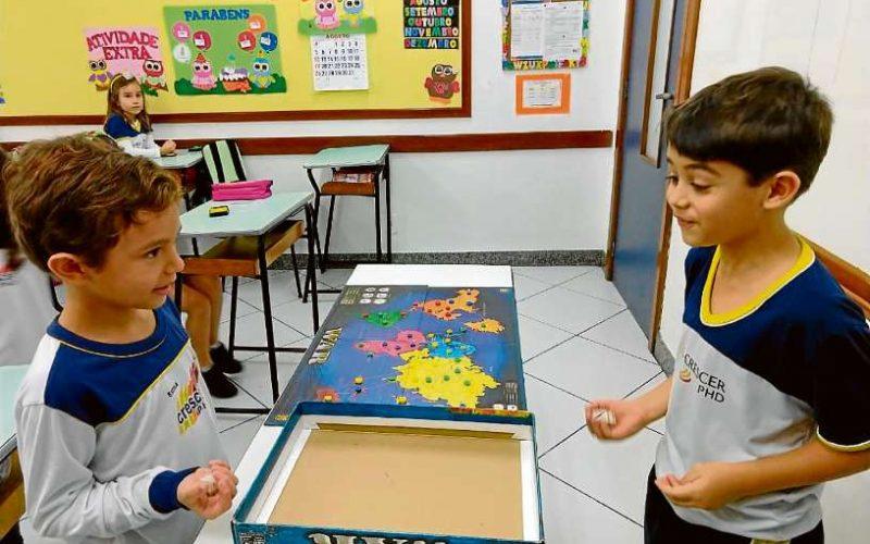 As crianças na Crescer PHD recebem atividades recreativas e educativas no horário livre