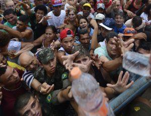 Data: 20/11/2015 - ES - Colatina - Moradores vão em busca de doação de água após o abastecimento da cidade ser cortado por causa da contaminação do Rio Doce pela lama de rejeitos da mineradora Samarco, que veio de Mariana-MG - Editoria: Cidades - Fotos Vitor Jubini - GZ