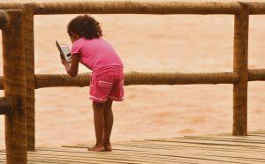 Data: 23/11/2015 - ES - Linhares - Criança filmando a foz do Rio Doce, poluída pela lama que veio da barragem da mineradora da Samarco, em Mariana-MG  - Ministra do Meio Ambiente, Isabella Teixeira, visita a Foz Do Rio Doce, em Regência - Editoria: Cidades - Foto: Fernando Madeira - GZ