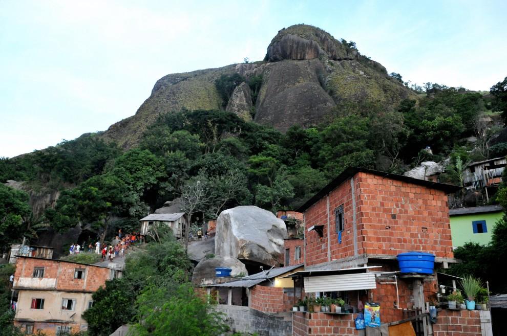 Morro Boa Vista, à época da pedra que rolou destruindo várias casas. Região é alvo de disputas pelo tráfico de drogas