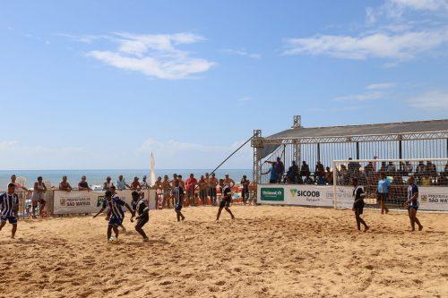 Na areia, esporte e consciência ambiental